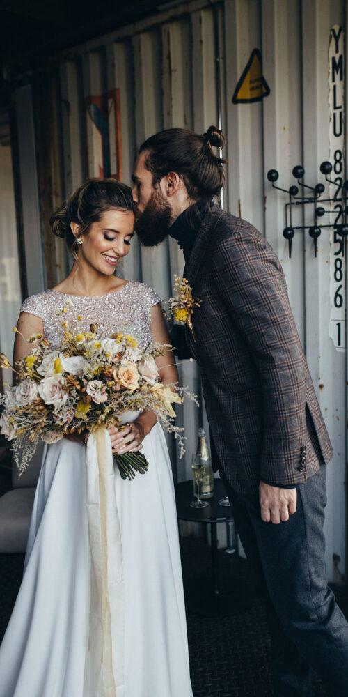 weddingplanner-schweiz_hochzeitsplaner_bräutigam_küsst_braut