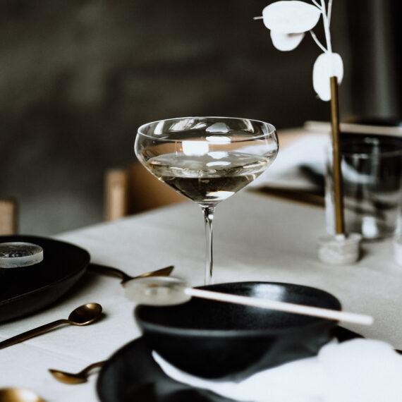 weddingplanner-schweiz_minimalistische-hochzeit-tischdekoration-schwarze-teller