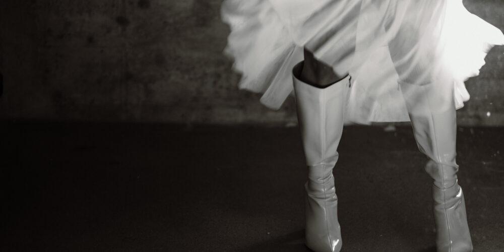 weddingplanner-switzerland_minimalistische-hochzeit-bride-dress-shoes